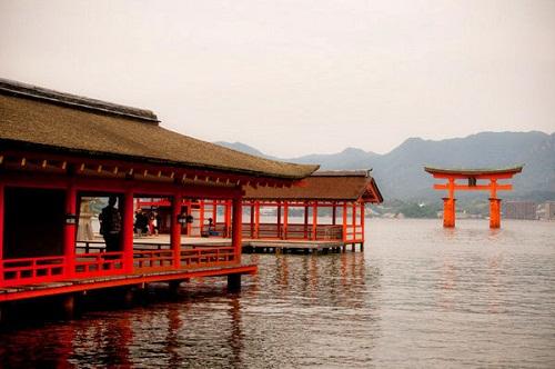 Cổng nổi ở miếu Itsukushima